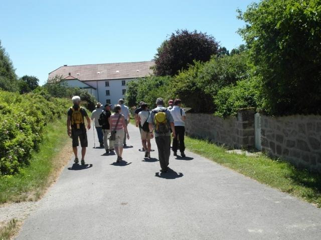 Gruppe läuft durch Rittergut Besenhausen