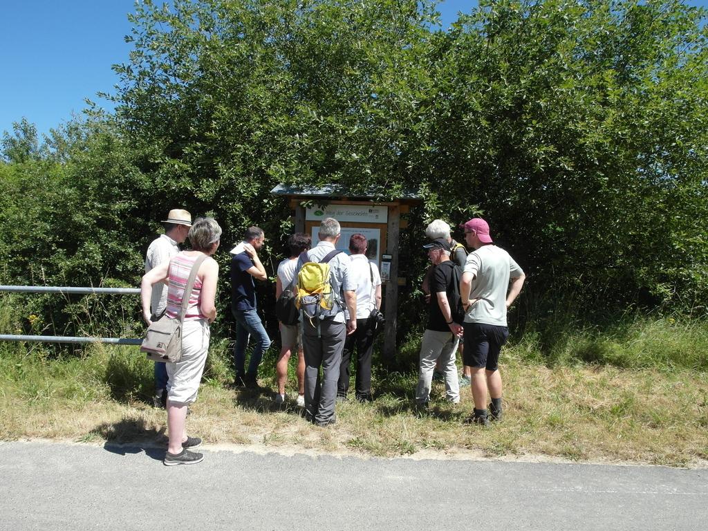 Gruppe vor der letzten Tafel des Weges
